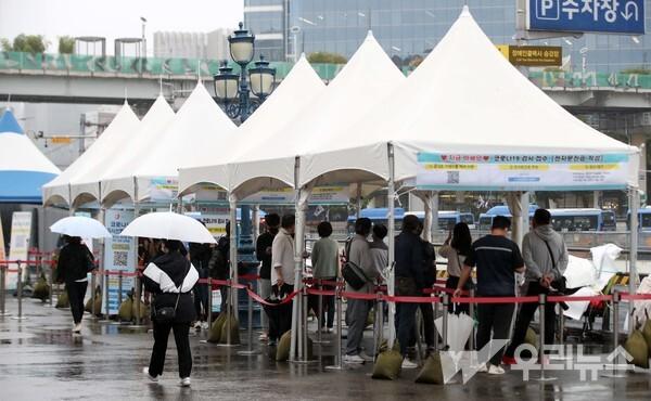 0시 기준 2028명의 신규 코로나19 확진자가 발생한 6일 오전 서울역광장에 설치된 임시 선별검사소에서 시민들이 검사를 받기 위해 줄을 서고 있다.