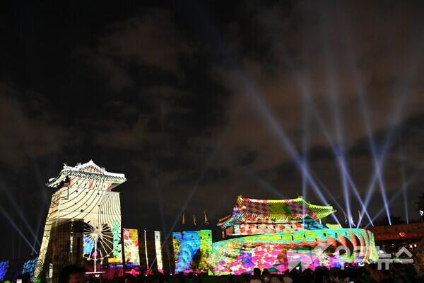 수원화성 화서문과 서북공심돈 성벽을 배경으로 진행됐던 미디어아트쇼 '미디어파사드&라이트쇼'의 공연 장면.