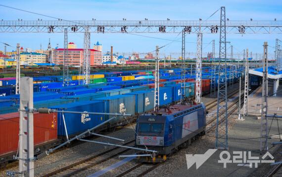 중국-유럽 화물열차가 12일 만저우리 통상구에서 발차 대기하고 있다.