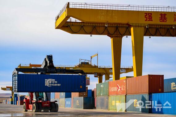 작업차량 한 대가 12일 만저우리 통상구에 위치한 컨테이너 하역장에서 화물을 옮기고 있다.