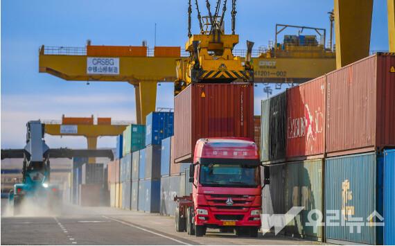 트럭 한 대가 12일 만저우리 통상구에 위치한 컨테이너 하역장에서 컨테이너를 싣고 있다.